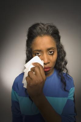 Как избежать отечности глаз после плача?